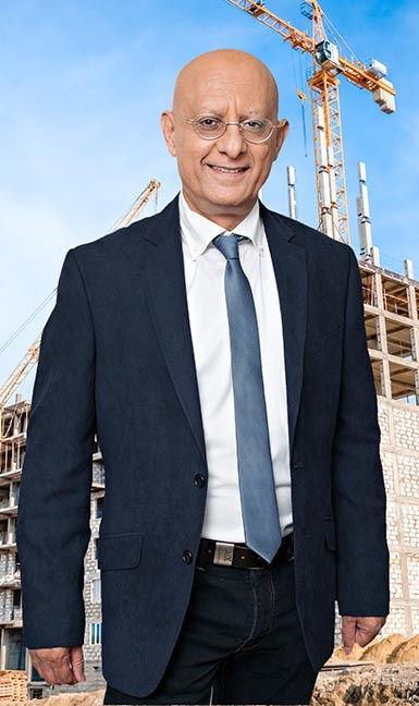 איציק סימון על רקע אתר בנייה