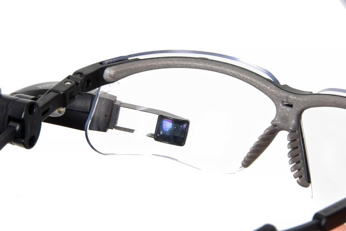 צילום משקפיים על רקע לבן
