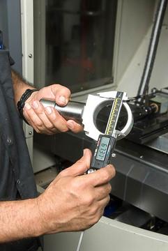 צילום תעשייתי של פועל בעמדת ייצור