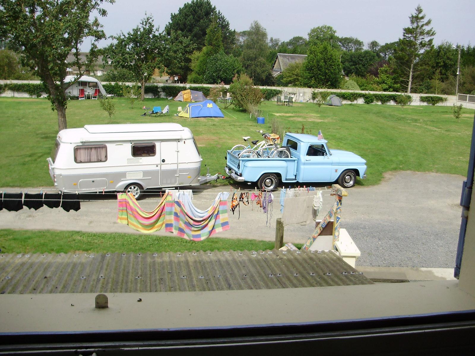 voiture  bleue et carav