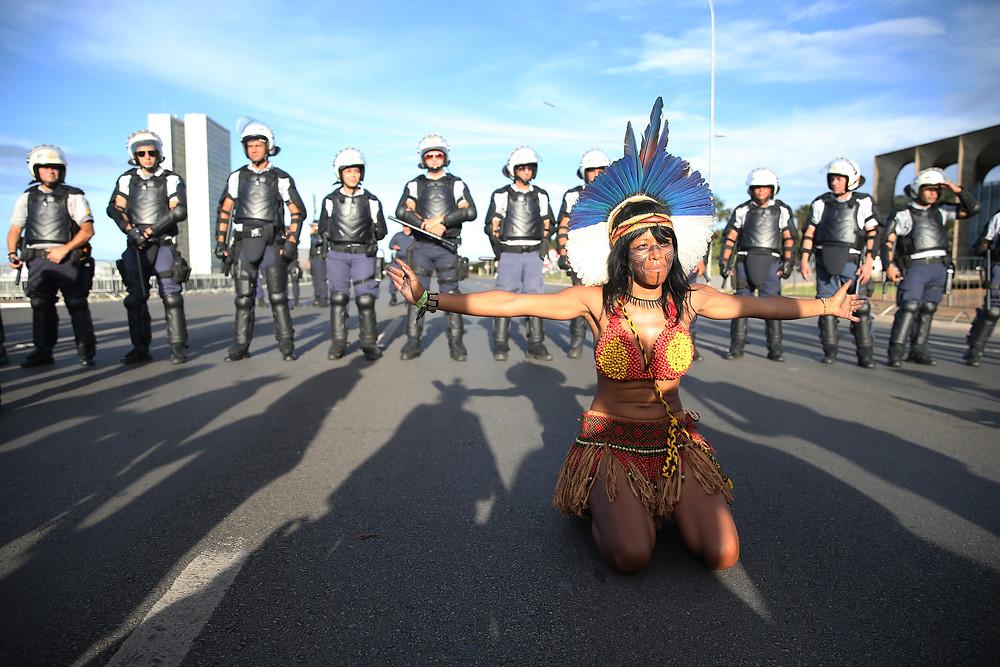 https://agenciabrasil.ebc.com.br/geral/noticia/2017-04/pacificamente-4-mil-indigenas-protestam-em-brasilia-contra-reducao-de-direitos