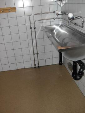 Waschraum mit WC, Dusche und Waschtrog (13)