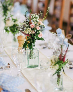 wedding-table-with-white-table-runner-10