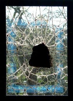 Kainin kivi ikkunassa 2012_edited