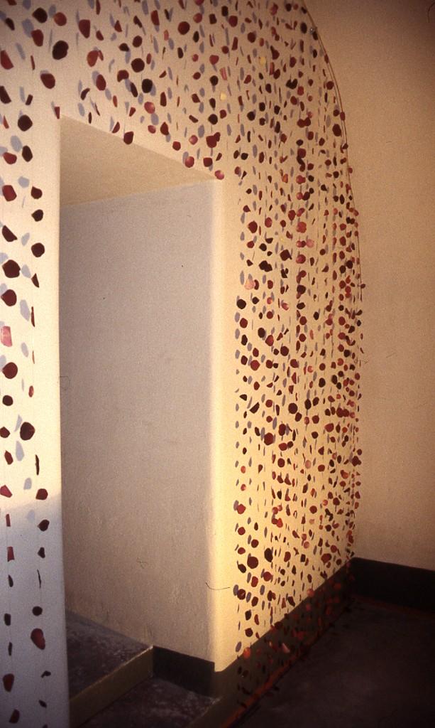 2000 Ruusunlehtiä Seinällä