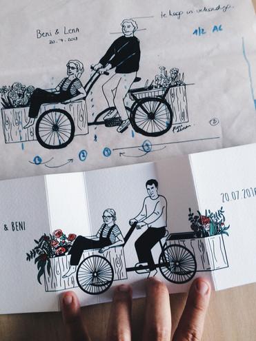 Trouwkaartje Lena & Beni - Vouwkaartje met gesloten beeld (bakje bloemen) en open beeld (het koppel op bakfiets). De bakfiets ging mee op de trouwdag en ook de bloemen refereren naar de trouwdag. Op de achterzijde staat een illustratie van de schuur waarin het koppel trouwde. Naast deze trouwuitnodiging ontwierp ik een RSVP-kaartje, afbeeldingen voor de fotobooth, stickers voor op de bedankingen naar de gasten toe.