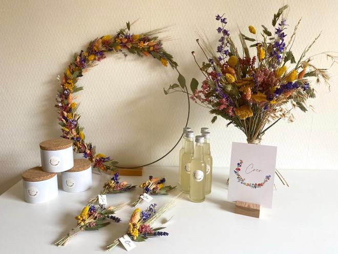 Ontwerp geboortekaart Coco met bijpassende stickertjes, labeltjes met houten stempel opdruk en op maat gemaakte gedroogde bloemenkrans passend bij het ontwerp