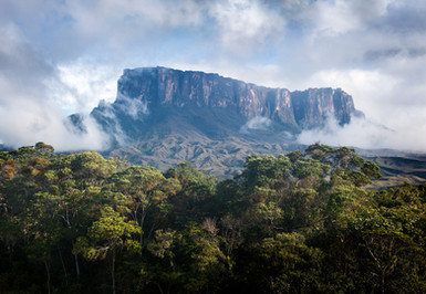 Kukenan-Tepui-emerges-from-the-mist,-Can