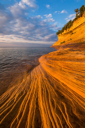 Sandstone-striations-and-sunset-clouds,-