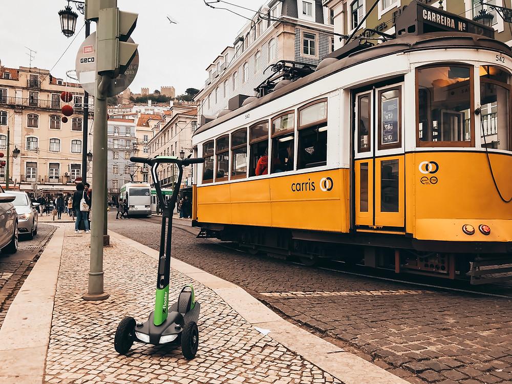 e-floater in Lissabon mit Straßenbahn