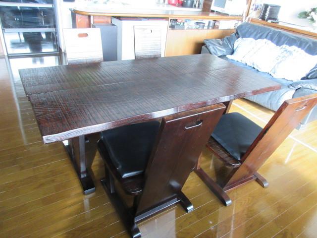 鋸目の無垢のテーブルです