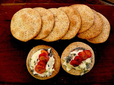 La cucina di Selvabella: Crackers con caprino al carbone, corbezzoli caramellati e timo fresco