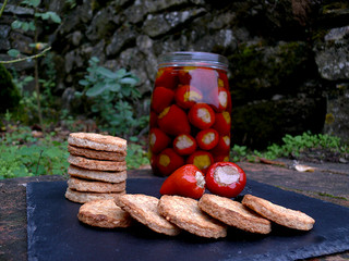 La cocina de Selvabella: crackers de queso de oveja y semillas de mostaza con guindillas rellenas