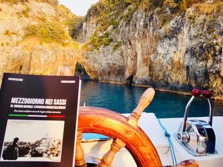 """Il libro del prof Peppino De Rose """"Mezzogiorno nei Sassi"""" presentato in barca."""