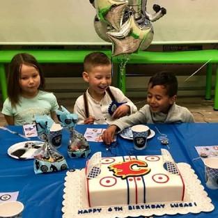 Маленький поклонник Флеймс и его торт!