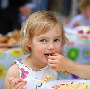 Кому-то для счастья надо большой кусок торта. А кому-то и сладкой бусинки достаточно))