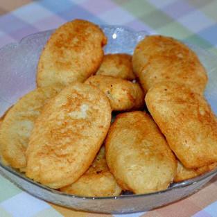 Жаренные пирожки из хлебного теста.