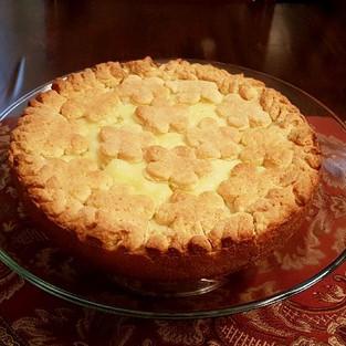 Apple pie with cream.