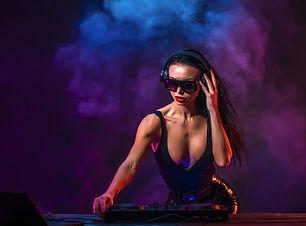 joven-dj-sexy-gafas-sol-tocando-musica_1