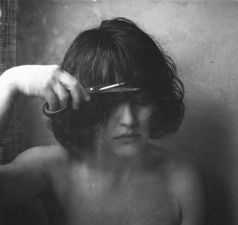 """Zetaesse. Per Navarra Editore è uscito il primo libro fotografico di Nerina Toci """"L'immagine è l'unico ricordo che ho"""". Alessia Capasso l'ha intervistata tra entusiasmo, reticenza e qualche sigaretta"""