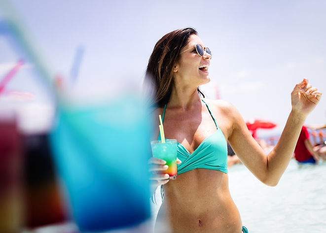 sexy-woman-drinking-cocktail-in-summer-a