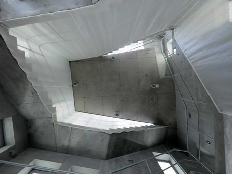 【空間とテキスタイル】2つの階段を緩やかにつなぐカーテン