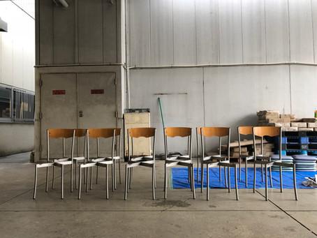 【12脚の椅子】使われた家具に更に自分たちで手を加える意味