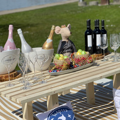 Event stylists - picnic deco: @teepees.ch Spanish wine: @cavesa_ch @alonsodelyerro Prosecco: @kindschi1860
