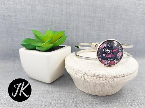 Légy erős és bátor, ezüst színű, igés karperec (fekete+pink)