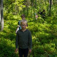 Lapsed matkapäeval metsas