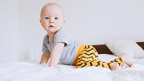 ベッドの上で赤ちゃん