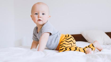 bébé sur le lit
