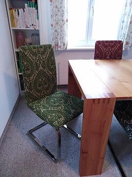 farbige Stühle neu bezogen und aufgeolstert
