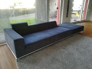 Graues Sofa neu mit Stoff bezogen