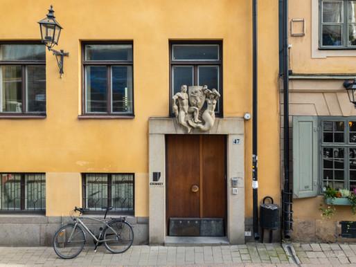 About the sculpture at Österlånggatan 47