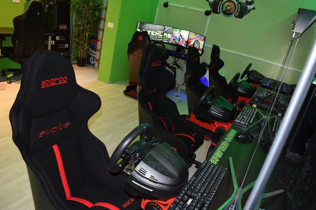 Postazioni di guida sparco Gaming nella sala LAN PC-Teklab Milano