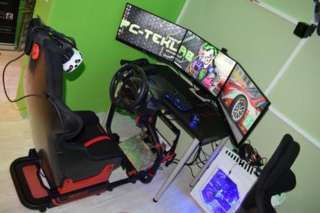 Postazione triplo monitor PC-Teklab in sala LAN a Melzo