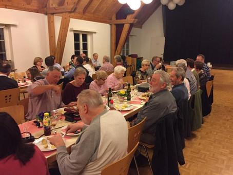 Geselliges Beisammensein beim Raclette-Plausch der SVP Volketswil