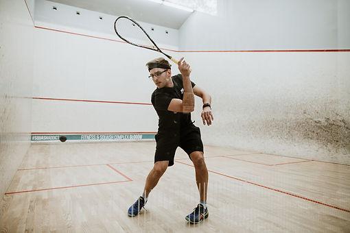 W Fitness & Squash Complex znajdują się profesjonalne korty do gry w squasha.  Możesz je wynająć, aby zmierzyć się ze znajomymi w rozgrywce albo zdecydować się na lekcje z certyfikowanym trenerem squasha.  Grupowe lub indywidualne zajęcia pozwolą Ci poznać tę dyscyplinę sportu i doskonalić swoje umiejętności.
