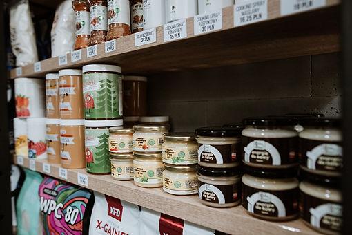 Jesteśmy oficjalnym dystrybutorem suplementów firmy KFD.  Dbamy nie tylko o Twoje ciało, ale też o organizm od wewnątrz.  Kupisz u nas wysokiej jakości białka, gainery, kreatynę, BCAA, masła orzechowe, przyprawy, zdrowe słodycze i inne suplementy diety.