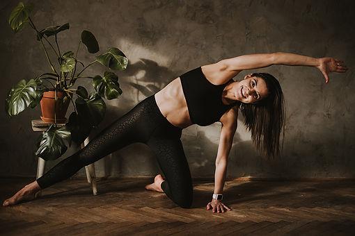 Posiadamy szeroki wachlarz zajęć fitness, odpowiednich dla osób w każdym wieku i o różnym poziomie zaawansowania w ćwiczeniach.  Prowadzimy zajęcia spalające tkankę tłuszczową, wzmacniające siłę mięśni, prozdrowotne, poprawiające mobilność i koordynację ruchową.  Ćwicz pod okiem doświadczonych instruktorów i pracuj nad swoim zdrowiem, samopoczuciem oraz wyglądem!