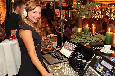 Event DJane Stil: gemischt / nach Kundenwunsch / Allround; Pop, Rock, Oldies, Schlager, Jazz, House, Deep House, Soul, Funk, Disco, Charts, 20's 50's, Chill Out, Lounge, Latin, Klassik, Swing, Electro Swing, Rockabilly, Party Hits, ...;  Entertainment, Musik, Unterhaltung, Party, Dinnermusik, Backgroundmusik, Clubmusik, beach music; Österreich, Wien, Künstleragentur Sugar Office, www.sugar-office.com, Manu Gamper