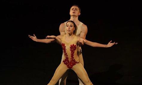 modern-ballett-taenzer-paar-pas-de-deux-
