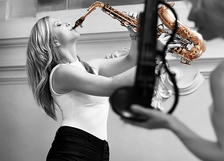 Saxophonistin und DJane, One woman Act, Backgroundmusik, Showact, Solo, optional mit Sängerin, Event, Party, Entertainment, Lounge Musik, Chill Out, Swing, Bossa, Latin, Soul, Funk, Pop, House, 20er, 50's, Disco, Sugar Office, www.sugar-office.com, Österreich