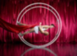 Luftakrobatik - und Bodenakrobatik - Act, Artisten, Showact, Solo - oder Duo - Act, Rhoenrad / German Wheel, Mono Rad / Cyr Wheel, Partner Akrobatik / Hand Balancing, Handstand Box, Poledance, Silks / Vertikaltuch, Luftakrobatik / Tuch, Luftakrobatik / Ring, Strapaten, maßgeschneiderte Acts, Show, Event, Entertainment, Österreich, Wien, Künstleragentur Sugar Office, www.sugar-office.com, Manu Gamper