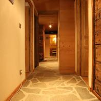 Etage du bas avec chambres et sauna