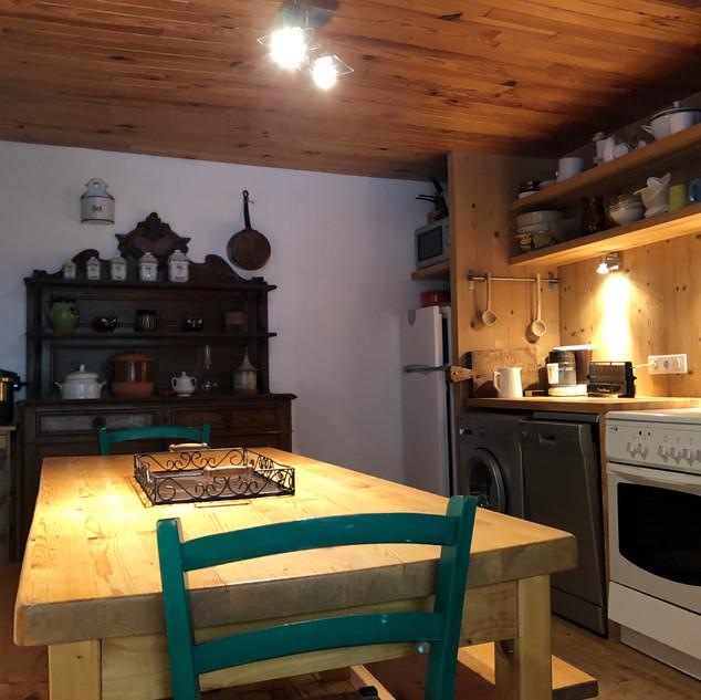 Cuisine équipée avec grande table