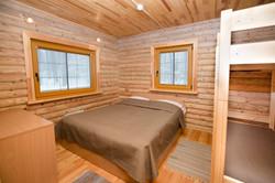 Keturvietis su dvigule lova