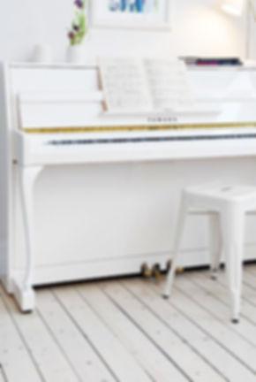 un-piano-blanco-un-salon-nordico-L-yECBWB_edited.jpg