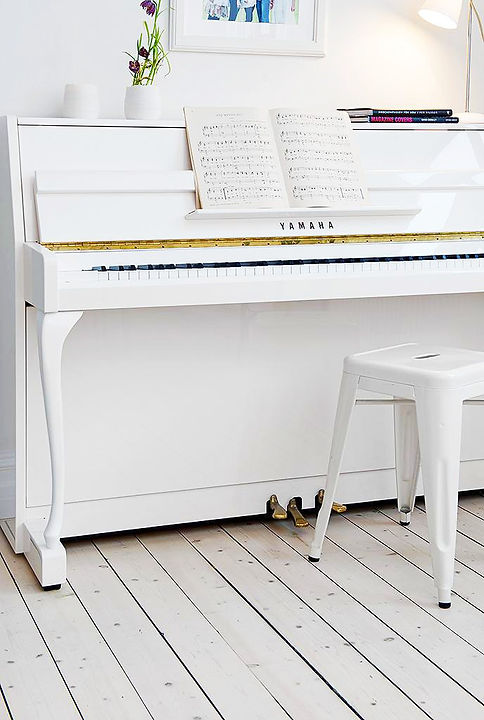 un-piano-blanco-un-salon-nordico-L-yECBWB_edited.jpg